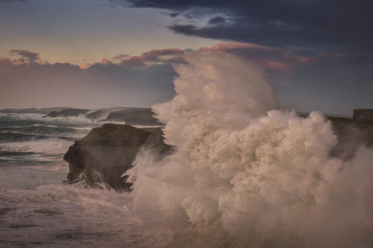 giant_waves_hit_cliffs_ireland